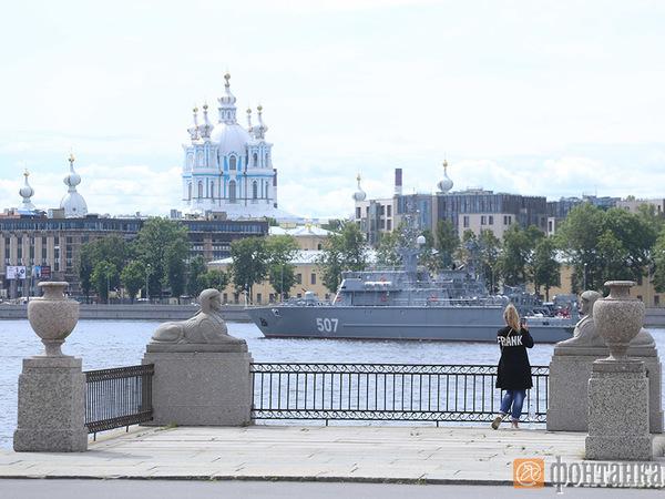 Корабли Балтфлота вошли в Неву