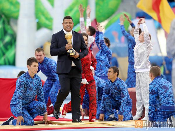 Роналдо вынес кубок конфедераций на церемонии закрытия в Петербурге
