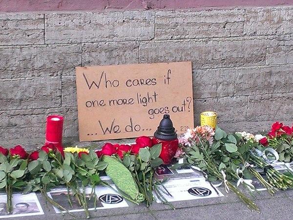 К Генконсульству США в Петербурге несли цветы в память о вокалисте Linkin Park