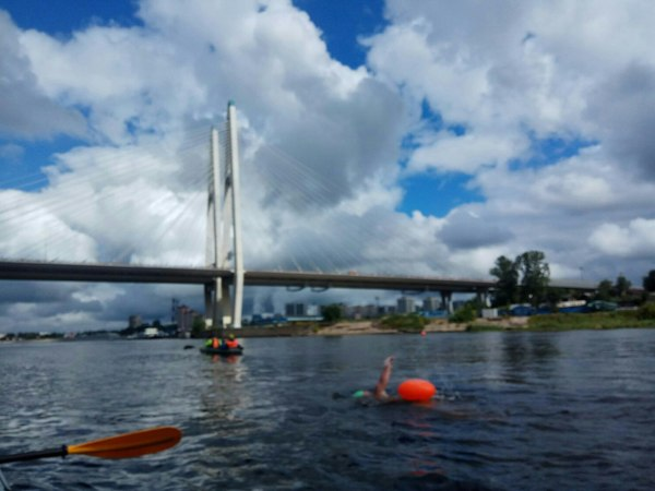 Петербуржец плывёт 70 километров по Неве