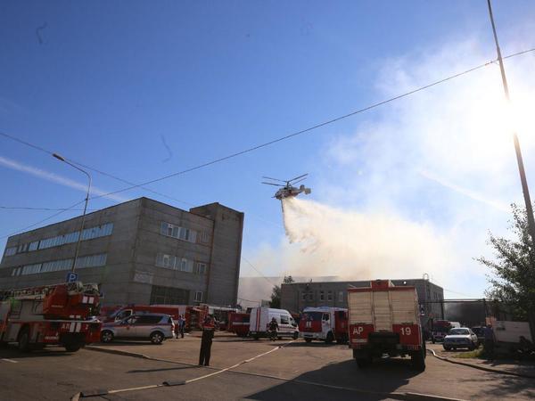 Горящий в Петербурге ангар с химреактивами тушат с воздуха