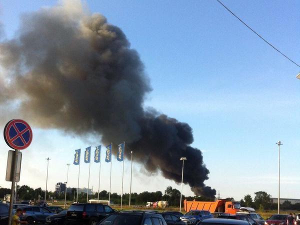 Спасатели тушат пожар в ангаре Института им. Иоффе в Петербурге