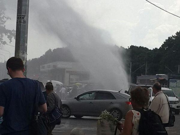Возле «Удельной» забил фонтан горячей воды