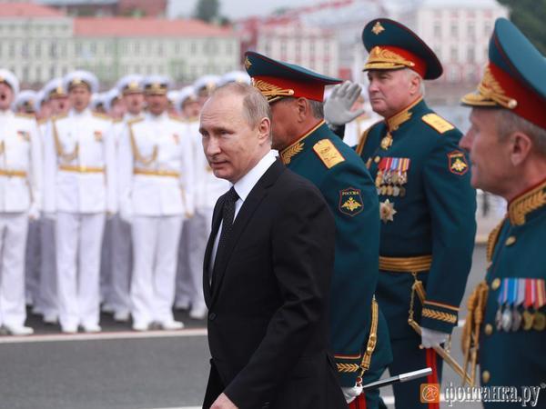 Владимир Путин принимает парад ВМФ на Неве