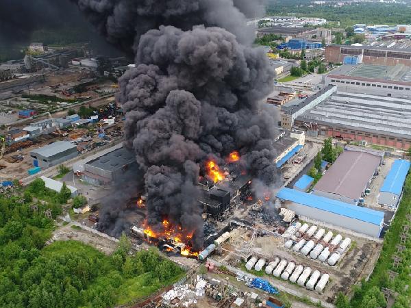 Пожар на лакокрасочном заводе в Петербурге обошёлся без жертв