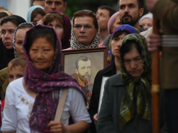Верующие и казаки вместе стоят под дождём против «Матильды»