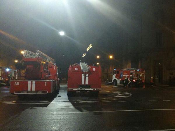 К библиотеке Академии наук на Васильевском съехались пожарные машины