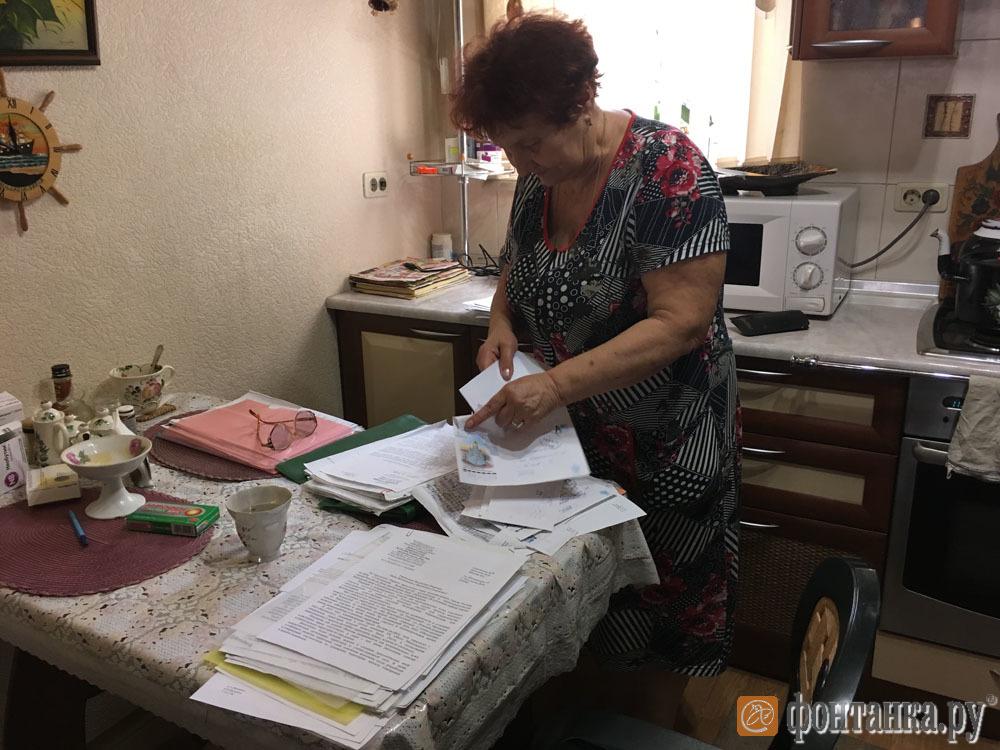 Нина Решетник с пачками писем