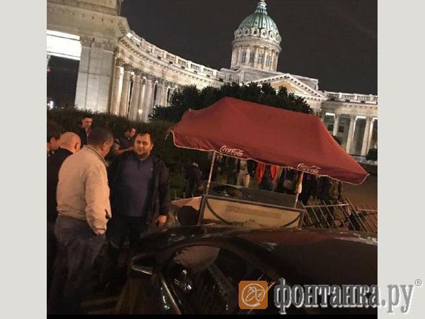 На Невском автомобиль вылетел на тротуар и сбил четырех пешеходов
