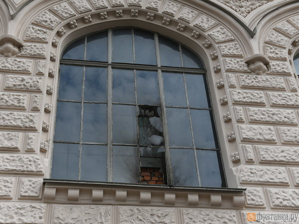 Фото пострадавшего фасада Лендока, который ночью забросали горящими бутылками