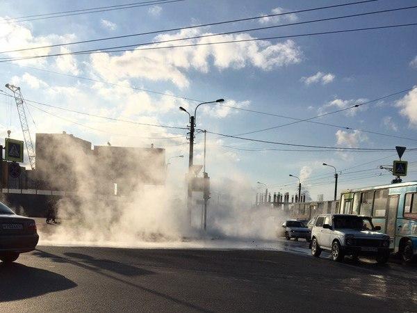 На Маршала Казакова из-за прорыва кипятка рухнул светофор