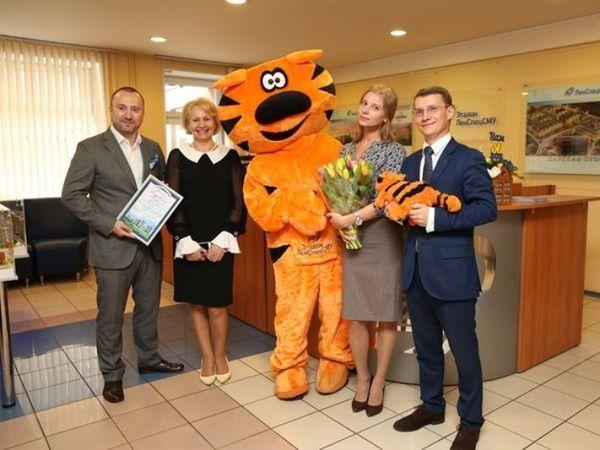 Группа «Эталон» поздравила 6000-го покупателя с начала года