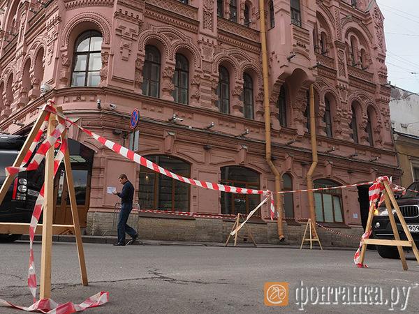 С памятника в центре Петербурга сбивают штукатурку