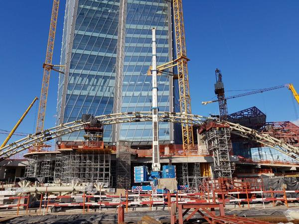 В Лахта Центре завершили монтаж первой части «парящей» входной арки