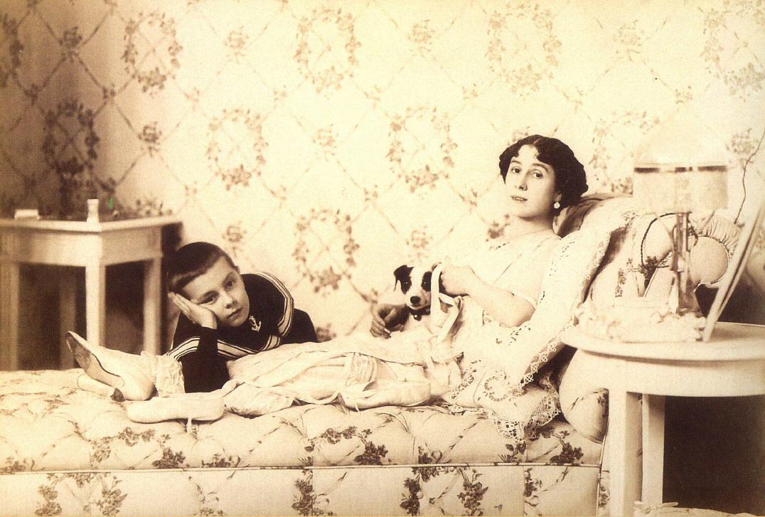 Матильда Кшесинская с сыном Владимиром в особняке на Каменноостровском проспекте, 1910-1911 гг.