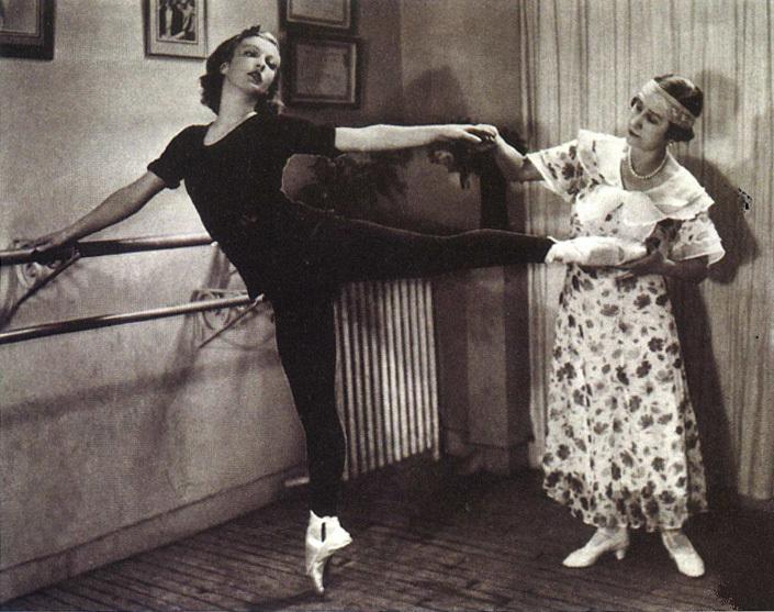 Кшесинская на уроке с ученицей Т.Рябушинской, Париж, 1930-е гг.
