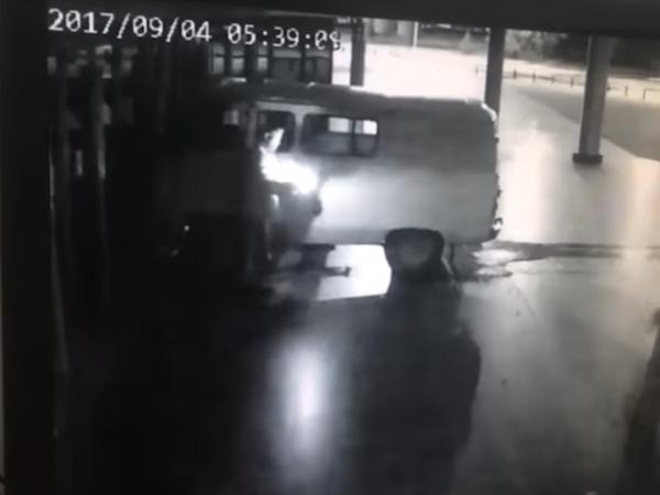 Водитель сам поджег машину, протаранившую кинотеатр в Екатеринбурге