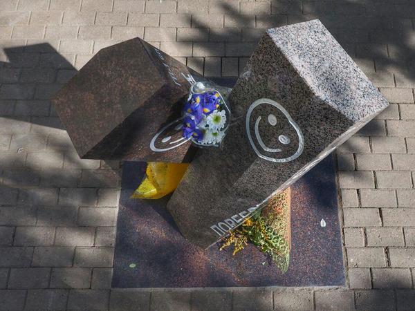 В Петербурге открыли памятник поребрику и бордюру
