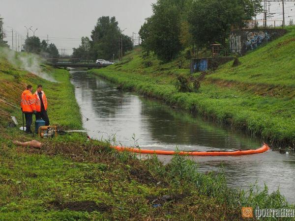 На Волковке устраняют разлив нефтепродуктов