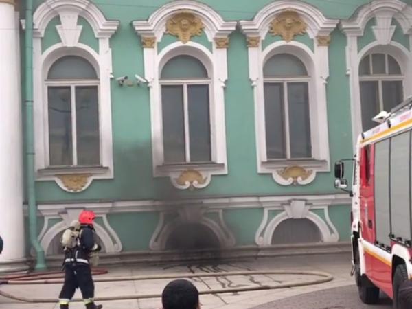 15 пожарных расчетов выехали к Эрмитажу из-за задымления