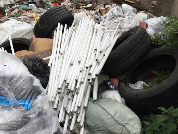 Подступы к строящемуся кварталу под Колпино завалили опасным мусором
