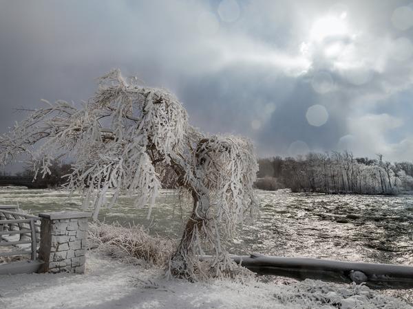 Ниагарский водопад превратился в ледяной замок Снежной королевы