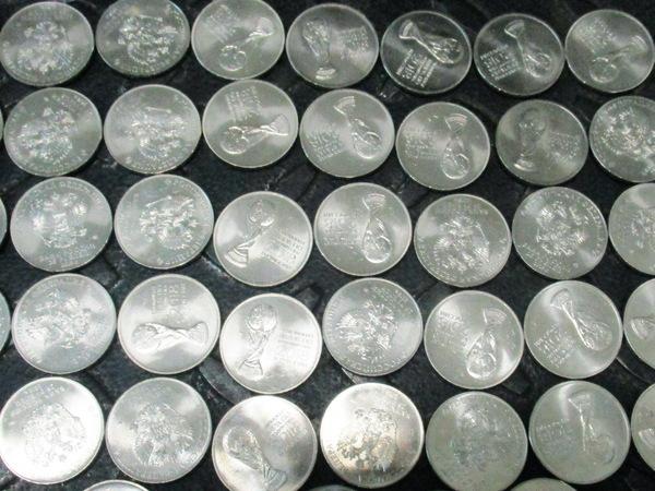 Россиянину не дали спрятать в Таллине 332 мешка памятных монет к мундиалю
