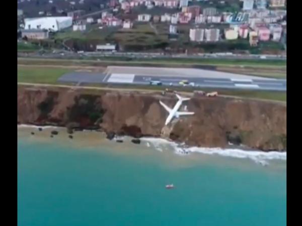 В Турции пассажирский самолёт съехал с полосы и повис на краю утёса