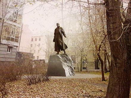 Градсовет придавили памятниками