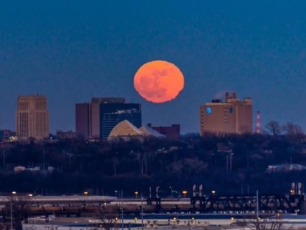 Земляне полюбовались большой Луной