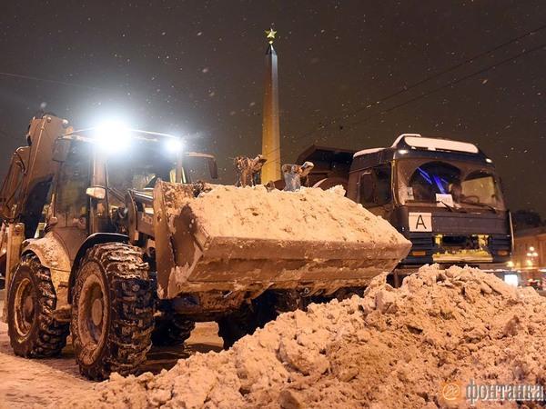 За ночь с улиц Петербурга вывезли более 30 тысяч кубометров снега