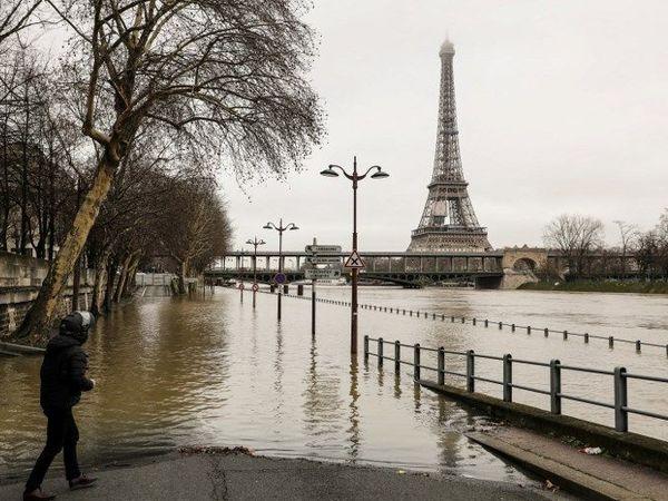 Сена вышла из берегов: в Париже оранжевый уровень опасности