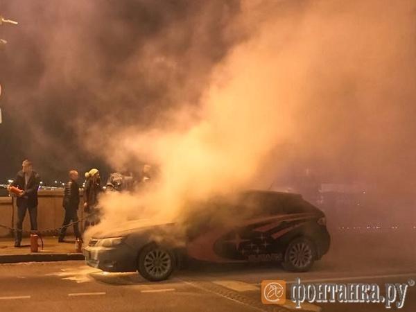 Очевидцы: на Дворцовом мосту дотла сгорела Subaru