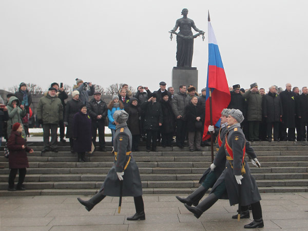 Защитившим Ленинград поклонились на Пискаревском