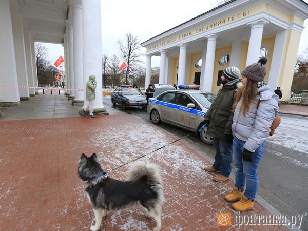 Сторонников Навального у Смольного встречает уборочная техника