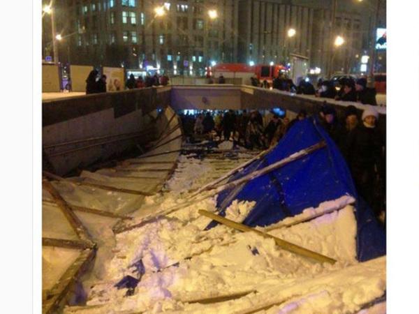 В переходе возле московского метро рухнули строительные леса, есть пострадавшие