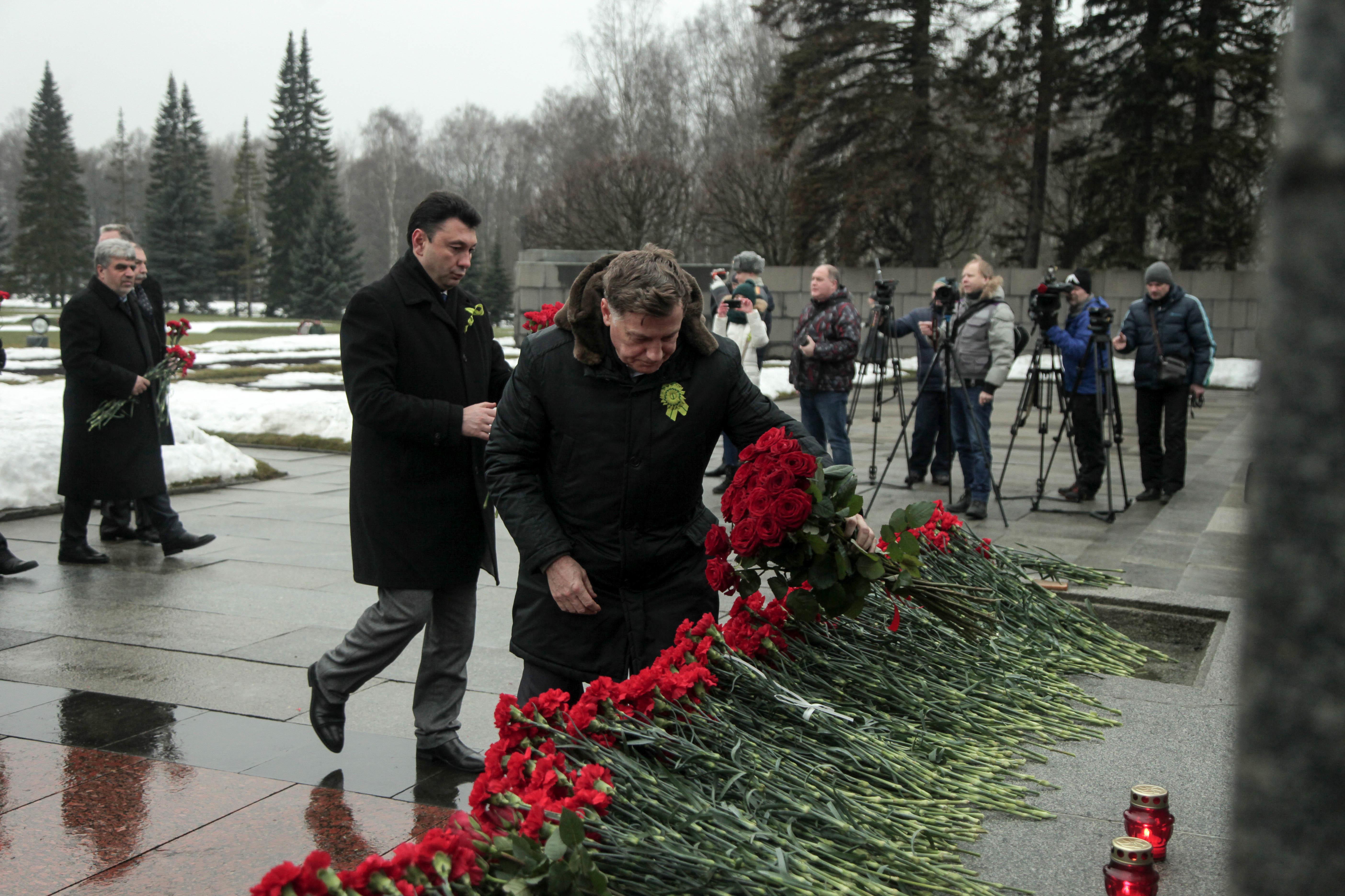 Вячеслав Макаров на возложении цветов в День снятия Блокады