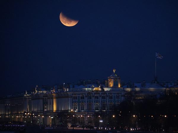 Над Петербургом разыгрывается финал кровавого суперлуния