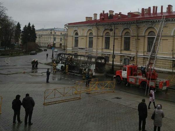 На стрелке Васильевского острова полыхал автобус