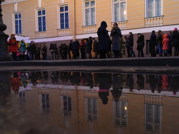 Новогодние праздники петербуржцы проводят в очередях «за искусством»