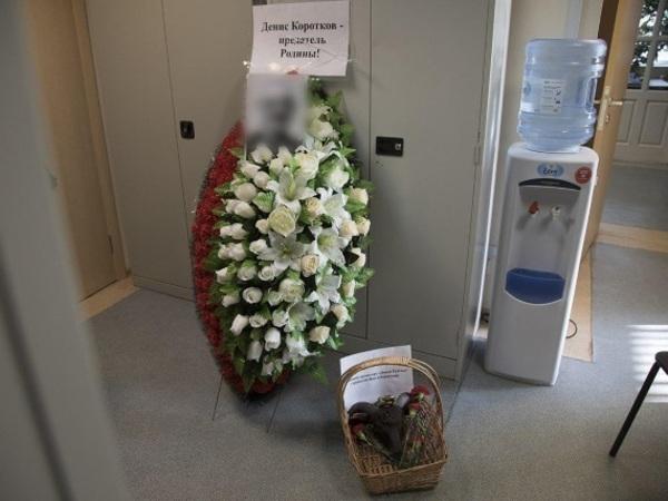 За статью на «Фонтанке» журналисту прислали похоронный венок и заказали букет на дом