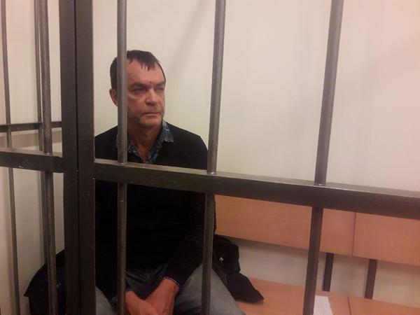 «Прошу меня арестовать». Подозреваемый в убийстве семьи бизнес-партнера покорно пошел в СИЗО