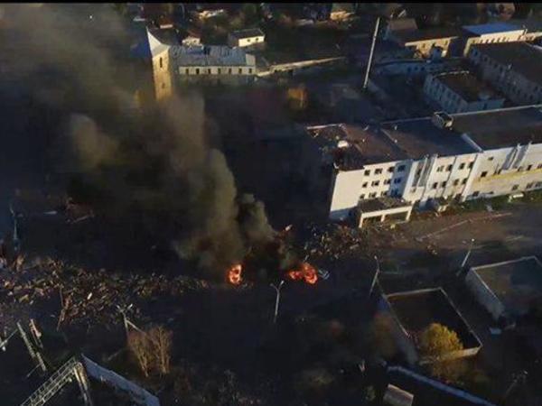 После взрыва на заводе в Гатчине две машины сгорели дотла. Очевидцы сняли это на видео