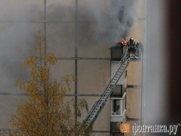 На Демьяна Бедного жильцов многоэтажки эвакуировали из-за пожара. Сгорела трёхкомнатная квартира