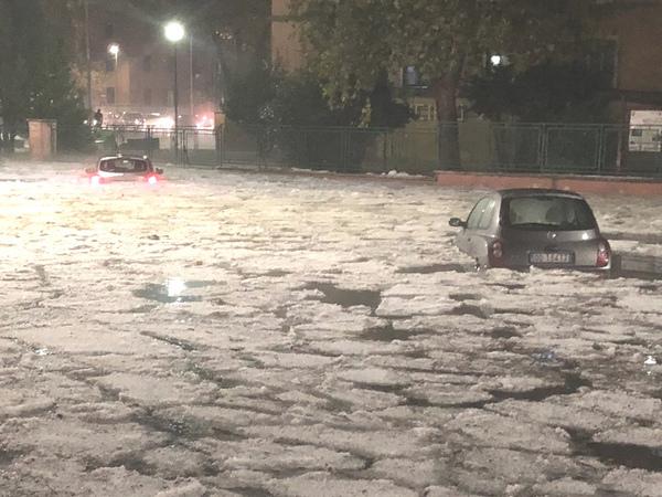 В Риме машины завязли во льдах. Ливни затопили дороги и станции метро