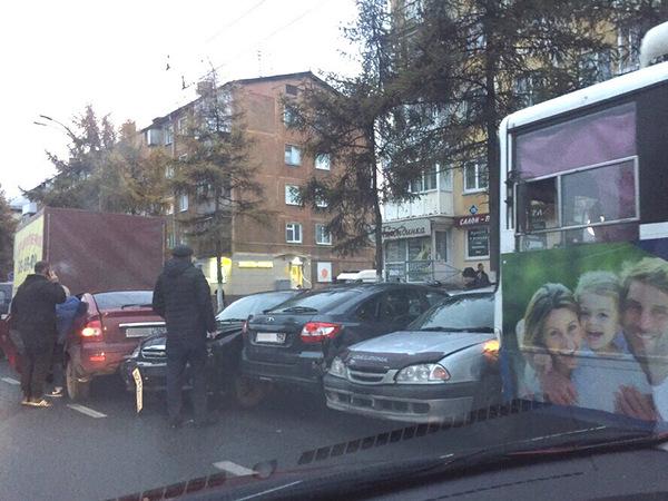 Троллейбус в Кемерове сделал из семи машин «гармошку»