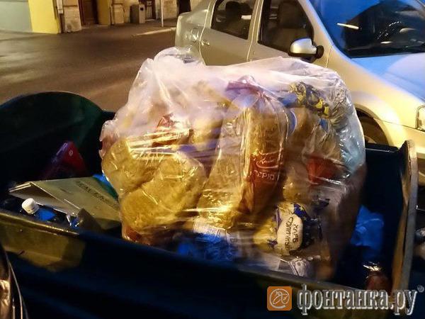Очевидец: В Петербурге продуктовые магазины опять выбрасывают хлеб на помойку