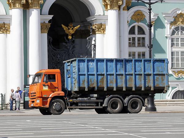«Вы понимаете, что Петербург ждёт мусорный коллапс?» УК и ТСЖ мирят с единым мусорным оператором