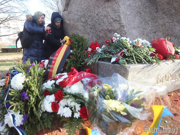 Имена убитых прочли у Соловецкого камня в Петербурге в День памяти жертв политических репрессий