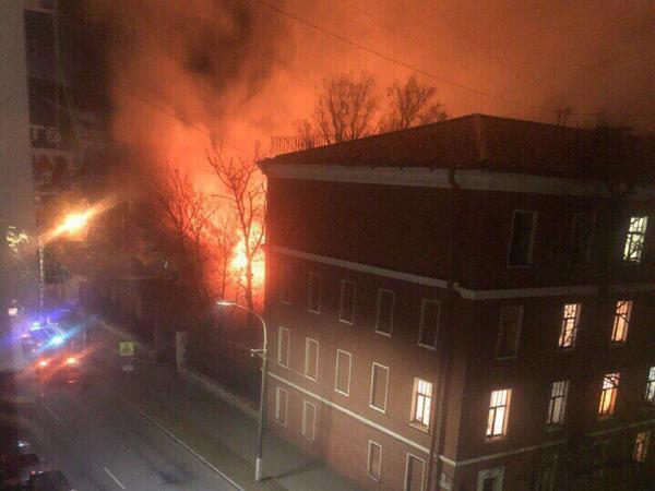 В Кронштадте горит оружейный склад в военном городке ЛенВМБ